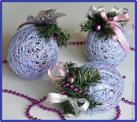 Вот такие у меня получились новогодние конфетные шары) Хотелось сделать не такую густую намотку ниток, чтобы конфетки просвечивались и поблёскивали изнутри, но нитки оказались, хоть и красивые, но очень нежные - пришлось делать так как видите) Зато всё держится) фото 1
