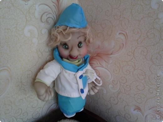 решила и я сшить доктора,но намучилась с руками,потому что сначала одела куклу,а потом начала шить пальцы,пока просовывала руки ...деформировала все,что можно и получились мужские руки(рабочие)... фото 1