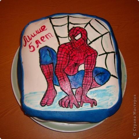 Иногда необъемное, плоское изображение на торте смотрится не менее эффектно, чем объемные фигруки. А еще, бывает, не получается слепить то, что хочется. В этом случае рисунок можно нарисовать прямо на мастике. Сделать это очень легко. фото 1