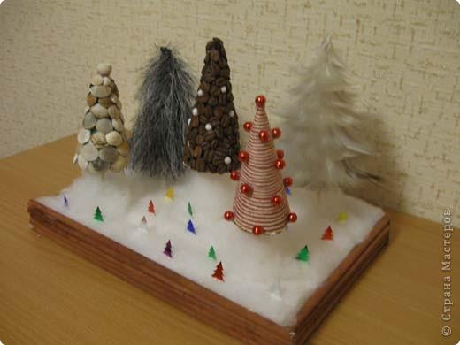Наша елка повторюшка. На картонный треугольник наклеены ладошки, вырезанные из цветной бумаги. фото 5