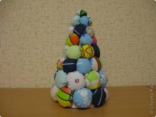Наша елка повторюшка. На картонный треугольник наклеены ладошки, вырезанные из цветной бумаги. фото 3