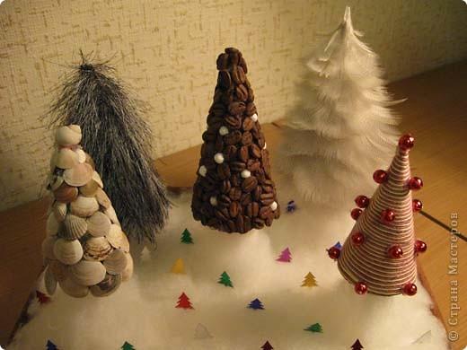Наша елка повторюшка. На картонный треугольник наклеены ладошки, вырезанные из цветной бумаги. фото 11