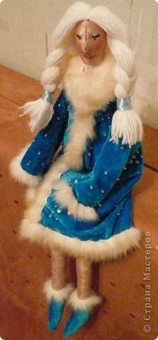 Приветствую дорогие рукодельницы!  Вот как-то случайно (к сожалению, не помню у кого) увидела на фото тильду... и у меня родилась идея сделать к Новому году Деда Мороза и Снегурочку. Снегурочку почти завершила, остались мелкие штрихи. А дедушка пока в процессе создания. Не судите строго, это моя первая Тильдочка.  Выкладываю фото.  фото 1