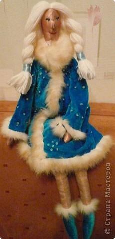 Приветствую дорогие рукодельницы!  Вот как-то случайно (к сожалению, не помню у кого) увидела на фото тильду... и у меня родилась идея сделать к Новому году Деда Мороза и Снегурочку. Снегурочку почти завершила, остались мелкие штрихи. А дедушка пока в процессе создания. Не судите строго, это моя первая Тильдочка.  Выкладываю фото.  фото 2