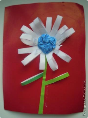 Эту шкатулку задумала и сотворила моя дочь первоклассница украдкой от меня. За основу взят пластмассовый пенал, на него приклеена бумага с узорами из коробки конфет. В центре приклеен сухой лист, который покрыт лаком для ногтей. На него приклеены перламутровые кружочки и цветы от заколки. В левом верхнем углу желтый цветок слеплен из массы для лепки, которая твердеет на воздухе. Кстати, все предметы приклеены на эту же массу, вместо клея. Слева на коробке видна приделанная веревочка, это для удобства сдвигания крышки коробки. Вот такая непростая технология. фото 2