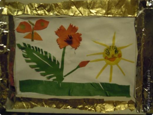 Эту шкатулку задумала и сотворила моя дочь первоклассница украдкой от меня. За основу взят пластмассовый пенал, на него приклеена бумага с узорами из коробки конфет. В центре приклеен сухой лист, который покрыт лаком для ногтей. На него приклеены перламутровые кружочки и цветы от заколки. В левом верхнем углу желтый цветок слеплен из массы для лепки, которая твердеет на воздухе. Кстати, все предметы приклеены на эту же массу, вместо клея. Слева на коробке видна приделанная веревочка, это для удобства сдвигания крышки коробки. Вот такая непростая технология. фото 4