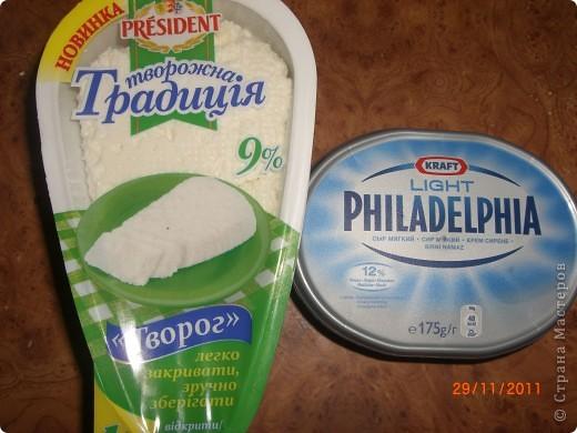 Ингредиенты  • 300 г творога • 200 г сливочного сыра • 2 стакана замороженной клубники • 1 стакан фисташек (не чищенных) • 1 лимон • 2 ст. л. меда • 2 ст. л. клубничного сиропа • 250 -300 г сахара (на вкус, кому послаще, побольше cахара) • 4 ст. л. желатина    В разных посудах замочить по 2 ст.л. желатина залить 8 ст.л. холодной воды, оставить на 30-60 минут.  фото 3