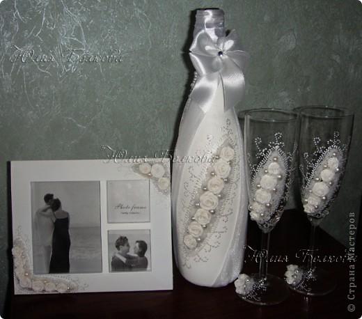 """Бокалы """"Розы в инее"""" делала давно, и все не знала куда их пристроить))) Оказалось, что завтра у маминых хороших друзей серебряная годовщина свадьбы. Мама попросила смастерить что-нибудь оригинальное  в подарок. Так как времени не очень много, то решила я использовать эти бокальчики в качестве подарка, дополнив набор подарочной бутылкой и рамкой для фото. Надеюсь т.Тамаре и д.Лёне понравится... фото 1"""