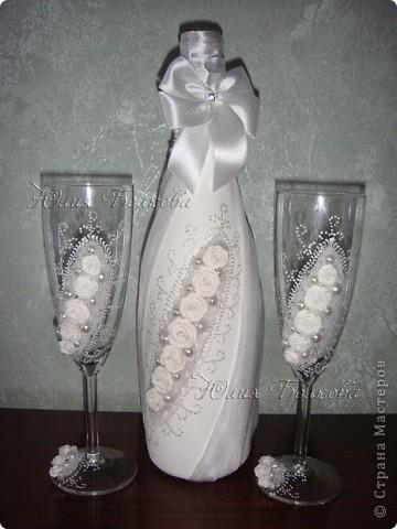 """Бокалы """"Розы в инее"""" делала давно, и все не знала куда их пристроить))) Оказалось, что завтра у маминых хороших друзей серебряная годовщина свадьбы. Мама попросила смастерить что-нибудь оригинальное  в подарок. Так как времени не очень много, то решила я использовать эти бокальчики в качестве подарка, дополнив набор подарочной бутылкой и рамкой для фото. Надеюсь т.Тамаре и д.Лёне понравится... фото 6"""