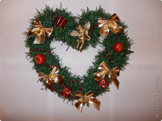 Веночек 1 Вот так решила я видоизменить Рождественский веночек и сделала его в форме сердца.По-моему,очень символичный подарок для тех,кто ждет в Новом году судьбоносной встречи со своей второй половинкой. фото 1