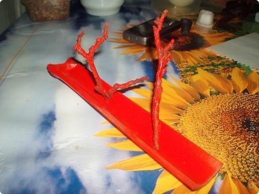 """сочинился подарок на ДР подружке, большой любительнице """"палок-вонючек"""". из золотого запаса бамбука взяла ствол не самого большого диаметра, отпилила кусок нужной длины, расщепила на отдельные """"корытца"""". выбрала то корытце, что поплоще, чтобы оно было устойчивым. покрасила из балончика автоэмалью. просверлила дырочку самым тонким сверлом. тут важно соблюсти верный угол сверления: палочка должна стоять ровно над подставкой, гореть равномерно, и сыпать пепел в корытце, на не мимо. от старой яблони откусила два сучка. специально не зачищала их то коры и лишайников, чтобы было похоже на кораллы. только счистила совсем уж откровенную пыль старой зубной щеткой. приклеила к подставке Титаном, и прокрасила вторым слоем краски фото 1"""