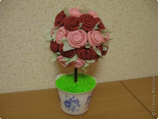 А это деревце было сделано в подарок. в цветочный горшок залит гипс. Сверху украшено жеваной бумагой.Техника торцевания. фото 1