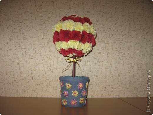 А это деревце было сделано в подарок. в цветочный горшок залит гипс. Сверху украшено жеваной бумагой.Техника торцевания. фото 2