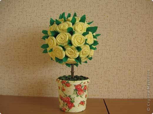 А это деревце было сделано в подарок. в цветочный горшок залит гипс. Сверху украшено жеваной бумагой.Техника торцевания. фото 4