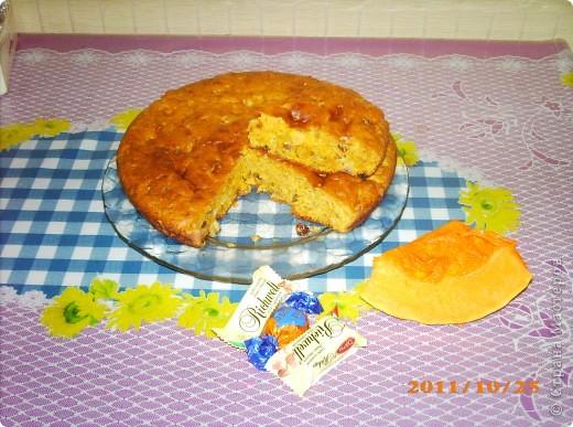 Тыквенный пирог с яблоками  и изюмом