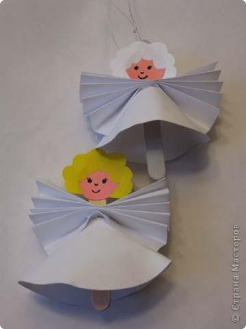 Эти игрушки сделаны из палочек от мороженого. Сверлим маленькую дырочку и продеваем в нее нитку. Из бумаги вырезаем нужные детали и приклеиваем на клей пва. Глазки это половинки гороха покрашенные гуашью или бусины или бисер. фото 18
