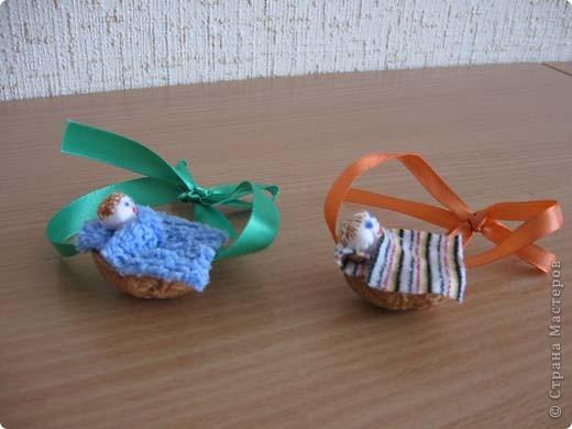 Эти игрушки сделаны из палочек от мороженого. Сверлим маленькую дырочку и продеваем в нее нитку. Из бумаги вырезаем нужные детали и приклеиваем на клей пва. Глазки это половинки гороха покрашенные гуашью или бусины или бисер. фото 19