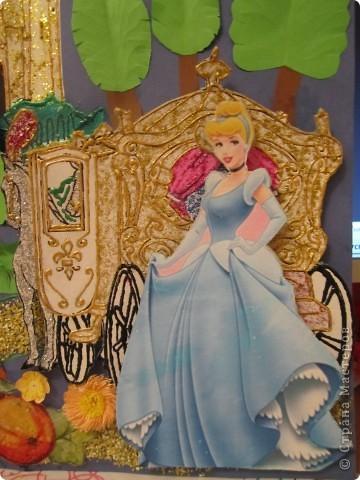 """В детском саду у Полины обьявили выставку, посвященную сказкам народов мира. Неделю мы голову ломали, что же сделать и в какой технике. Сначала хотели Царевну-Лягушку, воспитательница со скрипом согласилась, что Россию можно отнести к народам мира, уже сделали болото на СД, и тут мне консьержка отдает большую картонную подарочную коробку. Лягушка отложилась в дальний ящик, захотелось чего-то помонументальней. А """"золушка"""" Диснеевская любимый мультик моих дочек. Чуть ли не весь дом в раскрасках, скачанных из инета. Повертела я их в руках, приложила друг на дружку и родилась ИДЕЯ. фото 4"""