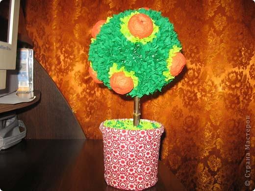 А это деревце было сделано в подарок. в цветочный горшок залит гипс. Сверху украшено жеваной бумагой.Техника торцевания. фото 7