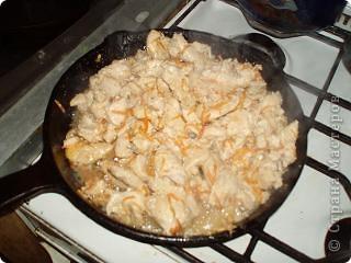 """в это блюдо можно использовать и свининку постную, только отбить придется. а мы берем куриное мясо. я взяла грудки, филе пустила в дело, а из """"шкилетиков"""" вышел отличный нежирный бульон. мясо режем на кусочки, добавляем мед, перец (какой кто любит), корицу-гвоздицу, куркуму и соевый соус. перемешав, выжимаем в посудину апельсин. если фрукт недостаточно кислый, то и лимончика немножко можно капнуть. фото 4"""
