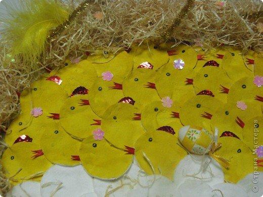 К празднику Великой Пасхи обычно поделки делают в виде яиц. Нам с дочерью захотелось сделать что то необычное для выставки поделок на заданную тему в детский сад. Я купила уже готовое маленькое яичко. И уже вокруг него в гнезде появились желтые цыплятки (будущие петушки и курочки) и еще не вылупившиеся птенцы в яйцах.  фото 2