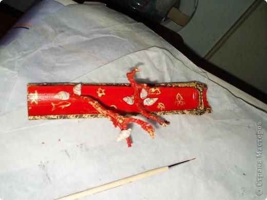 """сочинился подарок на ДР подружке, большой любительнице """"палок-вонючек"""". из золотого запаса бамбука взяла ствол не самого большого диаметра, отпилила кусок нужной длины, расщепила на отдельные """"корытца"""". выбрала то корытце, что поплоще, чтобы оно было устойчивым. покрасила из балончика автоэмалью. просверлила дырочку самым тонким сверлом. тут важно соблюсти верный угол сверления: палочка должна стоять ровно над подставкой, гореть равномерно, и сыпать пепел в корытце, на не мимо. от старой яблони откусила два сучка. специально не зачищала их то коры и лишайников, чтобы было похоже на кораллы. только счистила совсем уж откровенную пыль старой зубной щеткой. приклеила к подставке Титаном, и прокрасила вторым слоем краски фото 8"""