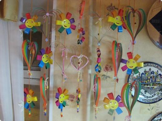"""У моей дочки группа в детском саду называлась """"Радуга"""". Был конкурс оформления приемных сада. Я сделала вот такую вот герлянду в цветах радуги в виде сердец и цветочков и мы повесили ее (как штору) в проем узкого глухого окна в приемной. К сожалению фото всей готовой """"сердечной"""" радуги в интерьере потерялось со временем.  фото 1"""