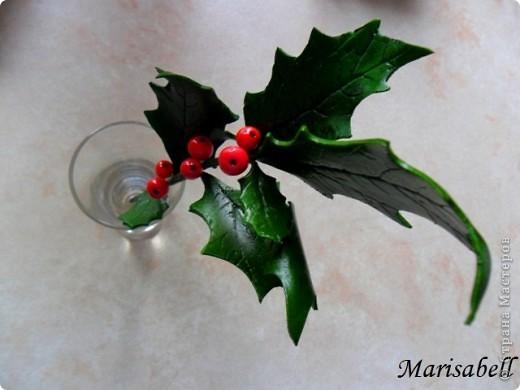 """Здравствуйте! В """"Стране"""" уже многие готовятся к Рождеству и Новому году. Очень приятно и радостно смотреть какие у всех получаются красивые рождественские украшения и поделки. Я тоже занимаюсь подготовкой к этому светлому празднику. Начала с лепки рождественского венка из остролиста. Он еще в процессе """"создания"""". фото 2"""