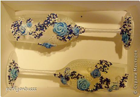 """Делались в подарок на свадьбу  украшены атласной лентой, бисером (синего, белого, серебреного цвета), розами из детской пластики """"цветик""""  Бокалы и розы тонированы акриловой краской фото 5"""
