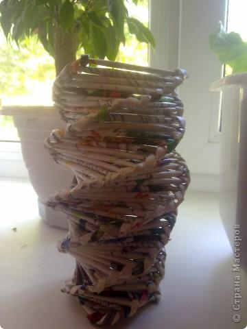 """...сплести такую вот вазу.Теперь служит она мне на даче. Не стала покрывать её лаком,т.к. понравилась её раскраска """"естественная"""".Сделать что-то более объёмное не хватает времени и газет))).Есть ещё шкатулка,её я позже выложу"""