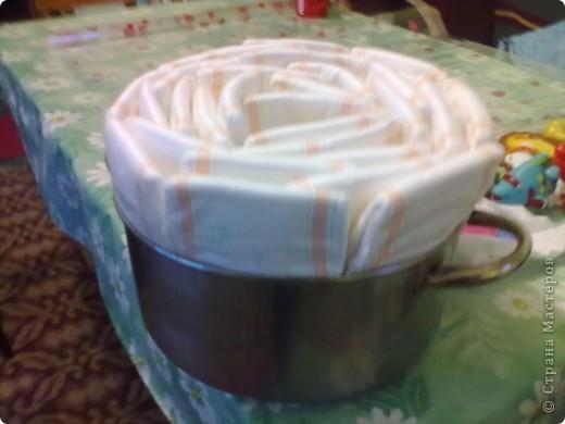 Тортик племяшке на день рождения. Когда встал вопрос о подарке, мне вспомнилось что я видела торт из подгузников в Стране у ЕМ   https://stranamasterov.ru/node/202772. Но, т.к было только фото конечного результата, пришлось немного самой додумывать. Вот, что получилось. фото 2