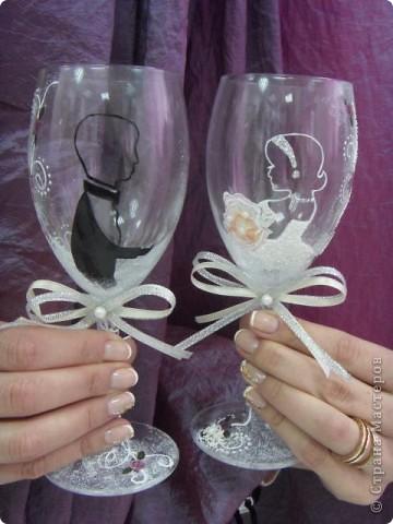 На этих свадебных бокалах выполнена роспись красками по стеклу.