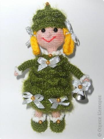 """""""Были бы у ёлочки ножки, побежала бы она по дорожке"""". Стихотворение К.И. Чуковского приняла буквально и связала елочку, которая может вместе с детками веселиться в Новый год, бегать и прыгать! фото 1"""