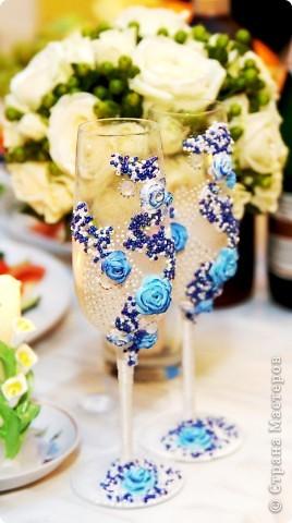 """Делались в подарок на свадьбу  украшены атласной лентой, бисером (синего, белого, серебреного цвета), розами из детской пластики """"цветик""""  Бокалы и розы тонированы акриловой краской фото 1"""