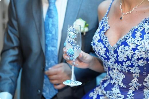 """Делались в подарок на свадьбу  украшены атласной лентой, бисером (синего, белого, серебреного цвета), розами из детской пластики """"цветик""""  Бокалы и розы тонированы акриловой краской фото 2"""