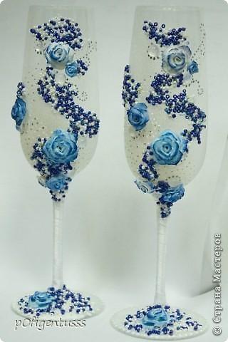 """Делались в подарок на свадьбу  украшены атласной лентой, бисером (синего, белого, серебреного цвета), розами из детской пластики """"цветик""""  Бокалы и розы тонированы акриловой краской фото 3"""