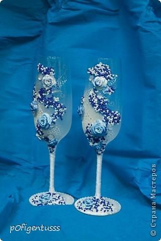"""Делались в подарок на свадьбу  украшены атласной лентой, бисером (синего, белого, серебреного цвета), розами из детской пластики """"цветик""""  Бокалы и розы тонированы акриловой краской фото 4"""