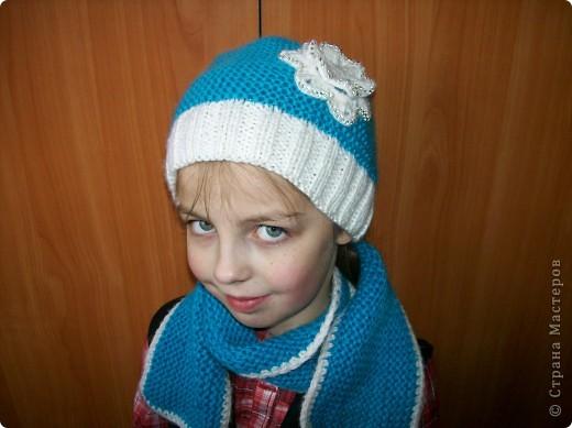 Связала доченьке новый комплект для зимы. Шапочку и шарфик вязала платочной вязкой нитью в два сложения.  фото 1