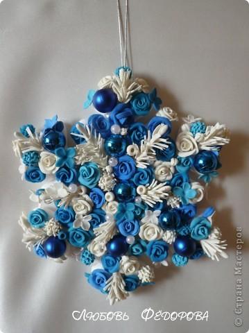 Доброго времени суток!!! Это рождественская снежинка!  Купила в магазине готовую снежинку из пенопласта. Решила украсить её. Использовала шарики елочные (готовые), цветы - лепка из ХФ и пластики, хвойные веточки (по МК Ники Салтыковой). Нике - спасибо огромное!!!! фото 1