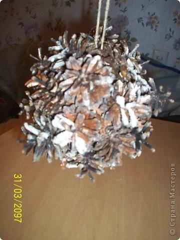 """В одном из гипермаркетов я увидела такие шишечные шары в продаже из таких же шишек, разных размеров, цена 300-400 рб., и, конечно, решила сделать такие сама, у меня три пакета таких шишек) Побрвзгала золотистой краской и сделала """"снежок"""" манкой. Как обычно на фото саму красивость и не видно (цвета), но идея думаю понятна) фото 4"""