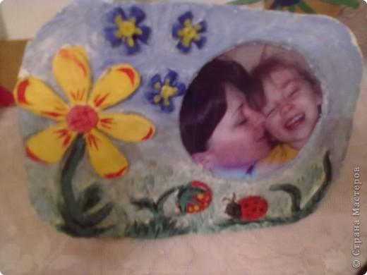 https://stranamasterov.ru/node/271245 - здесь мои рамочки, которые я делала на конкурс в честь Дня МАтери в садик. Сейчас покажу рамочки других мамочек, их было оочень много, всех, конечно не сфоткала, только несколько. Это делала моя мама, т.к. мы с ней родили вместе, детки наши ходят в одну группу. Рамочка из ткани, шириков, бусинок и ленточек. фото 5
