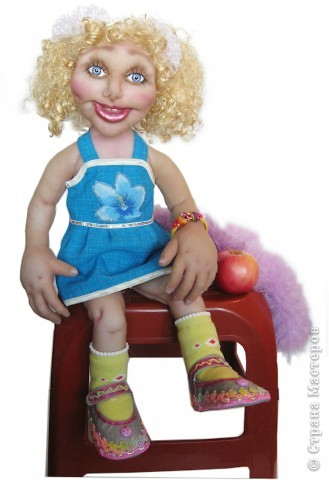 Хочу подарить эту куколку на новый год девочке 5-ти лет. Капрон, на всякий случай, слегка побрызгала клеем пва разведенным водой. Рост 55 см. Волосы из атласных лент. фото 1