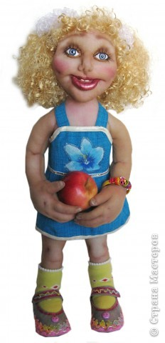 Хочу подарить эту куколку на новый год девочке 5-ти лет. Капрон, на всякий случай, слегка побрызгала клеем пва разведенным водой. Рост 55 см. Волосы из атласных лент. фото 2