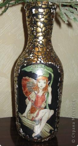Вазочка из бутылки!!!!  Материалы: яичная скорлупа, картинка для декупажа,золотая поталь. фото 1