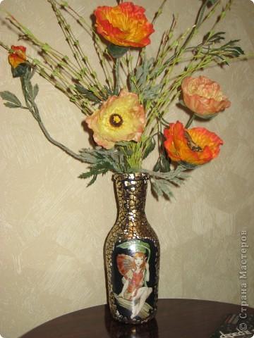 Вазочка из бутылки!!!!  Материалы: яичная скорлупа, картинка для декупажа,золотая поталь. фото 2