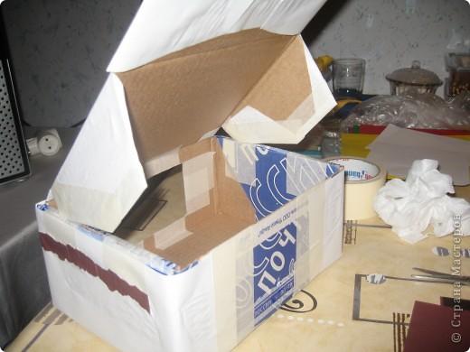 потребуется коробка (удобно- почтовая небольшая и крепкая). обклеить её бумагой белой, сделать прорези в боковых сторонах коробки. чтобы крепить верхнюю часть, создавая крышу. фото 1