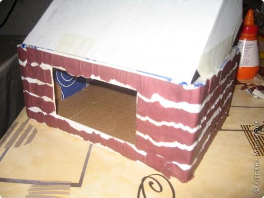 потребуется коробка (удобно- почтовая небольшая и крепкая). обклеить её бумагой белой, сделать прорези в боковых сторонах коробки. чтобы крепить верхнюю часть, создавая крышу. фото 2