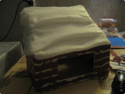 потребуется коробка (удобно- почтовая небольшая и крепкая). обклеить её бумагой белой, сделать прорези в боковых сторонах коробки. чтобы крепить верхнюю часть, создавая крышу. фото 4