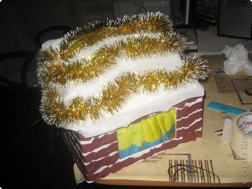потребуется коробка (удобно- почтовая небольшая и крепкая). обклеить её бумагой белой, сделать прорези в боковых сторонах коробки. чтобы крепить верхнюю часть, создавая крышу. фото 7