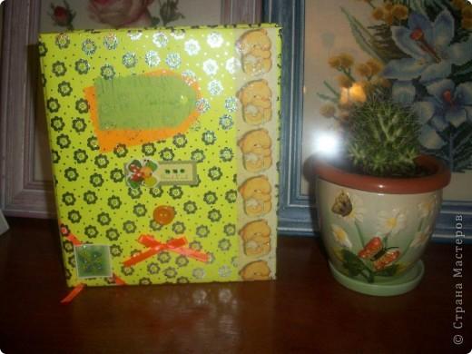 Лет 15 назад я придумала маме необычный подарок! Попросила всех её сестер, детей друзей и т.д. написать ей поздравление, на заранее мной подготовленных листочках. Все это сложила в альбомчик, украсила и на день рождения подарила. До сих пор помню её радостное лицо и лица гостей. Подарок удался. Вот я и решила поделиться идеей с вами. А заодно и показать как создать такой альбом с нуля (хотя наверное се уже умеют) фото 1